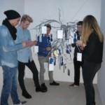 Jugendliche des Goethe Gymnasiums Harburg mit ihrem Kunstprojekt für die Gedenkstätte Bullenhuser Damm